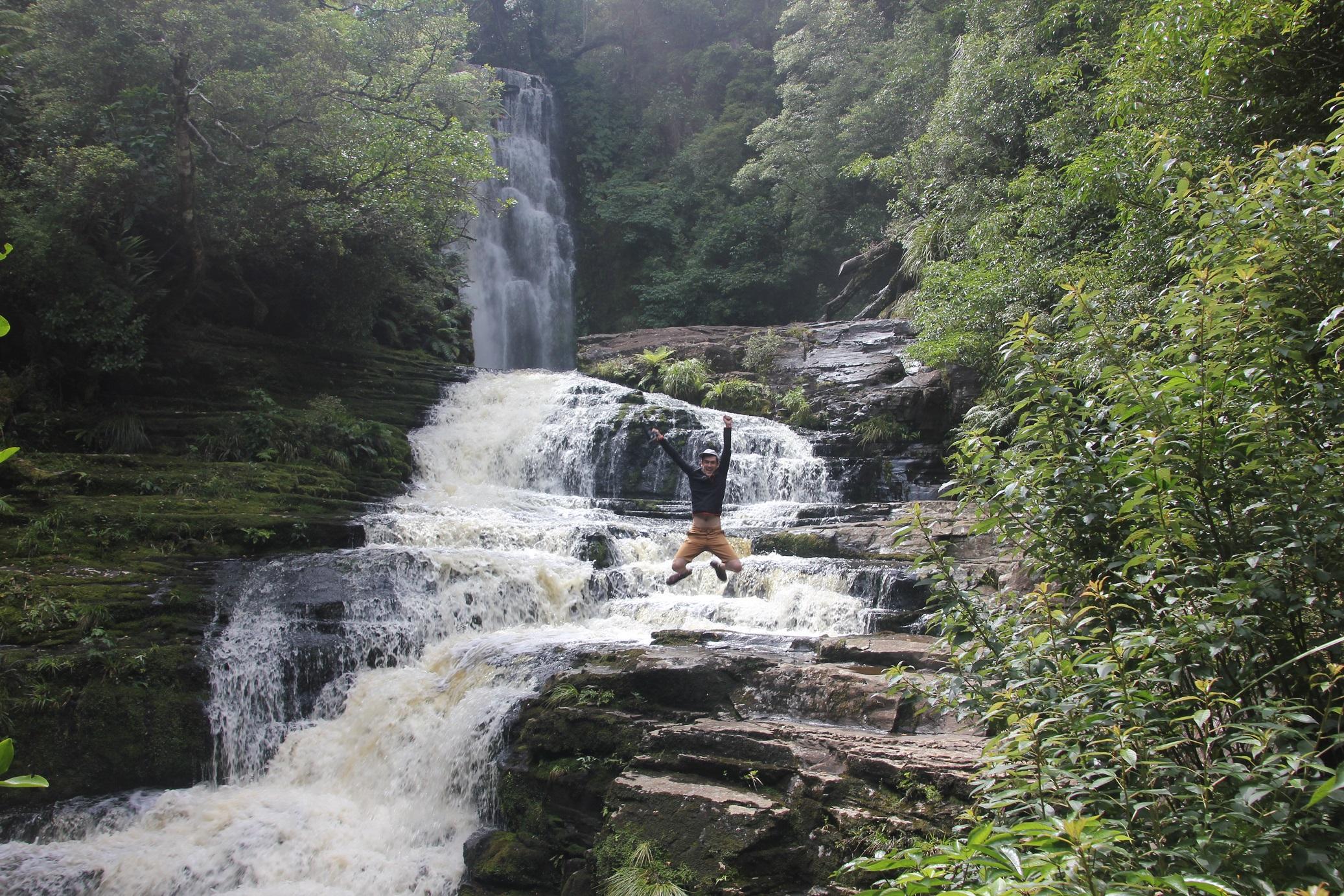 Jairo, blog Mochila Nómada en la cascada Catlins